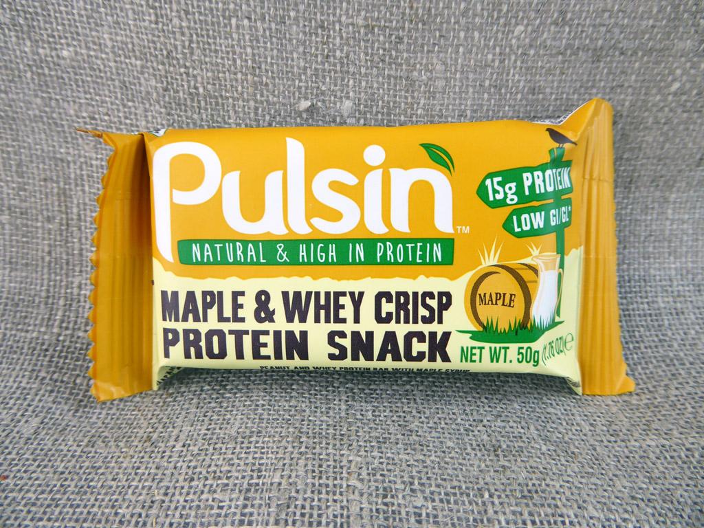 """Batonėlis """"Pulsin: Maple & Whey Crisp Protein Snack"""" (Su žemės riešutais ir pieno išrūgų baltymų traškučiais)"""