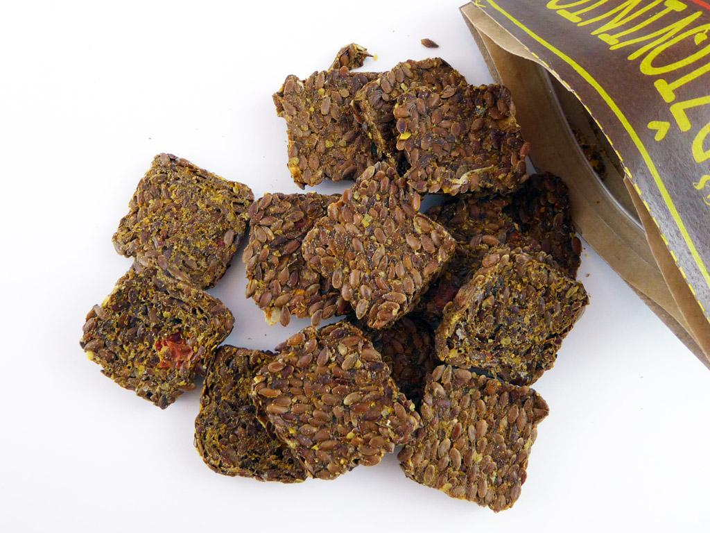 """""""Veganas"""" linų sėmenų duonelės su daržovėmis ir čili"""