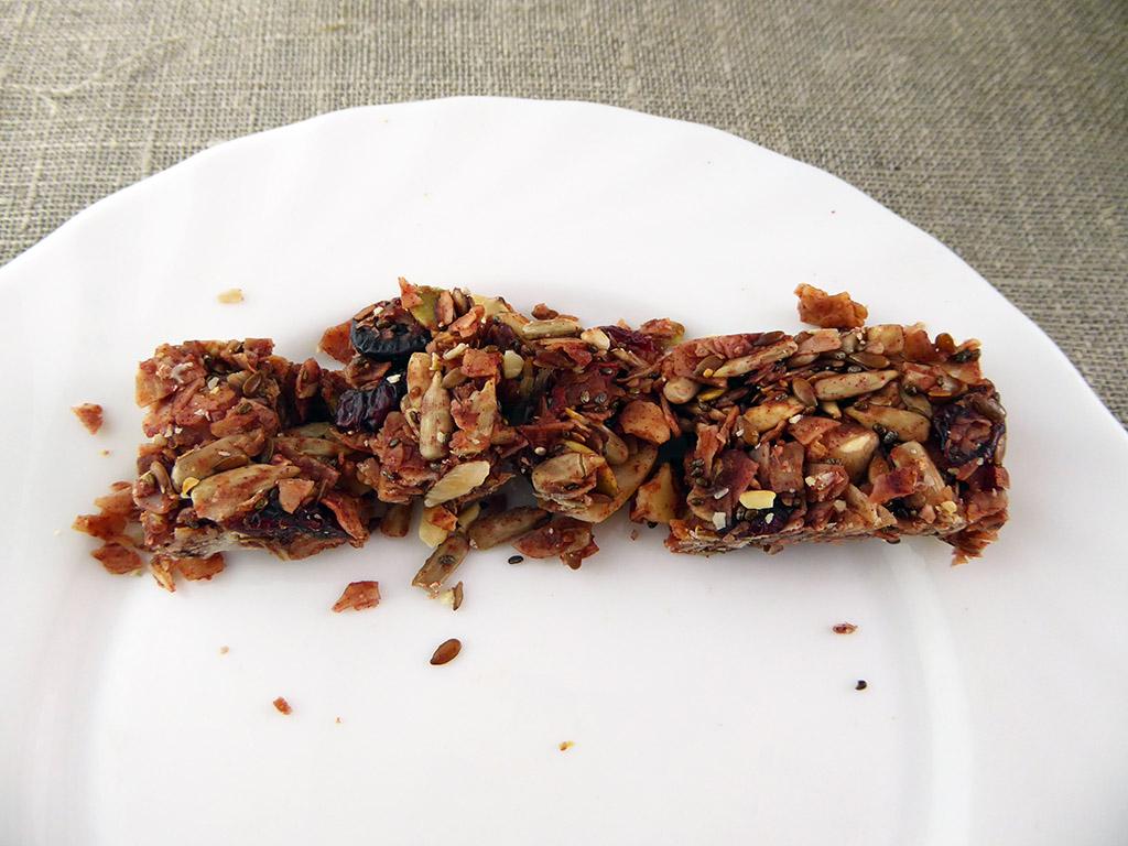 """Batonėlis """"Nuts & Berries: Very Berry"""" (Su kokosų drožlėmis, uogomis ir riešutais)"""