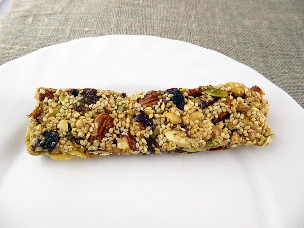 """Batonėlis """"Nuts & Berries: Seeds & Nuts"""" (Su sėklomis, riešutais ir uogomis)"""